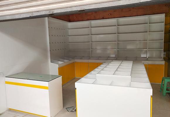 小饰品烤漆展示柜施工安装